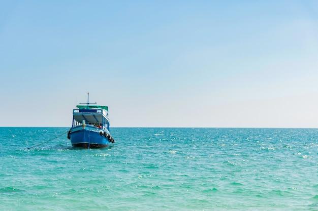 Łódź pasażerska na morzu dla turystów transport do koh samet. tajlandia