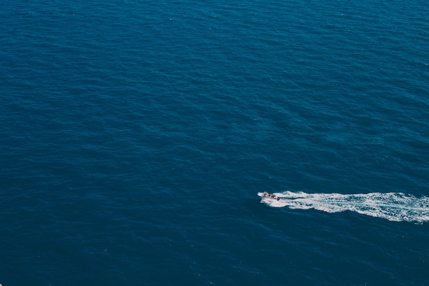 Łódź płynie po wodzie.