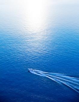 Łódź pływa statkiem błękitnego morza śródziemnomorskiego widok z lotu ptaka