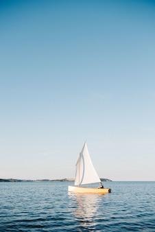 Łódź pływająca po morzu w słoneczny dzień