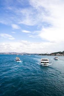 Łódź przy bosphorus cieśniną w istanbuł, turcja