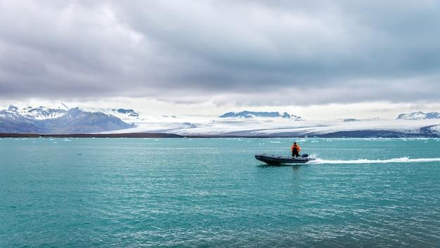 Łódź przy lagunie lodowcowej jokulsarlon w południowej islandii
