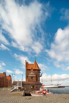 Łódź ratunkowa przed historycznym ceglanym budynkiem