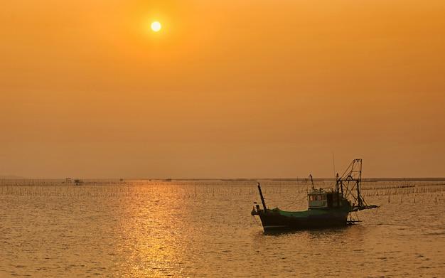 Łódź rybacka cumująca w morzu.