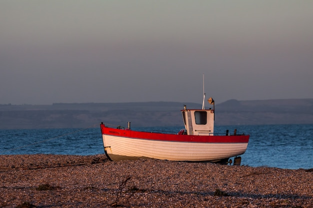 Łódź rybacka na plaży dungeness w kent
