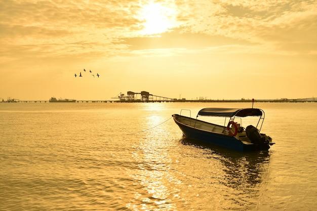 Łódź rybacka na tle zachodu słońca