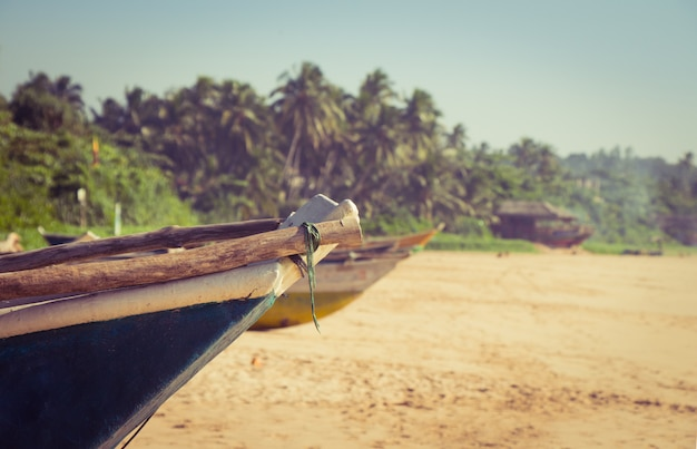 Łódź rybacka na tropikalnej plaży
