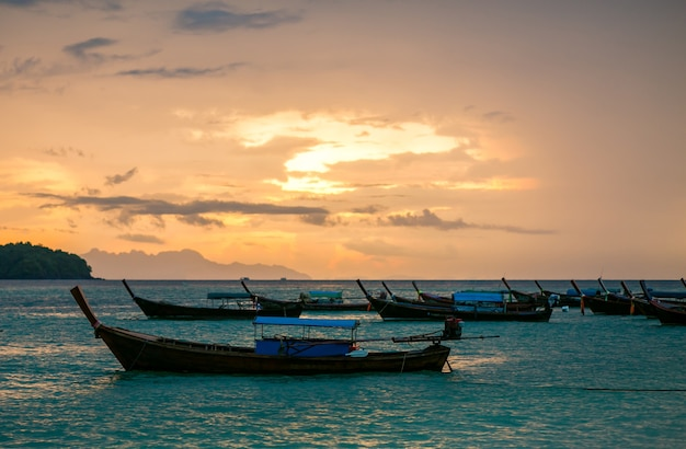Łódź rybacka o zachodzie słońca
