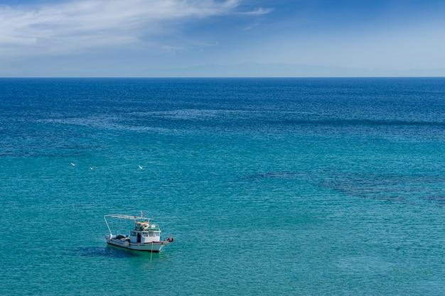 Łódź rybacka unosząca się na morzu. morze egejskie - turcja