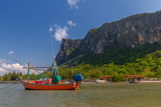 Łódź rybacka w andaman morzu tajlandia
