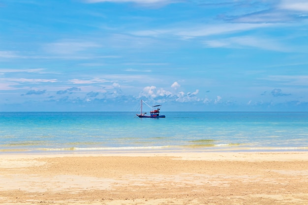 Łódź rybacka w oceanie blisko piaszczystego brzegu. tajlandia, koh chang.