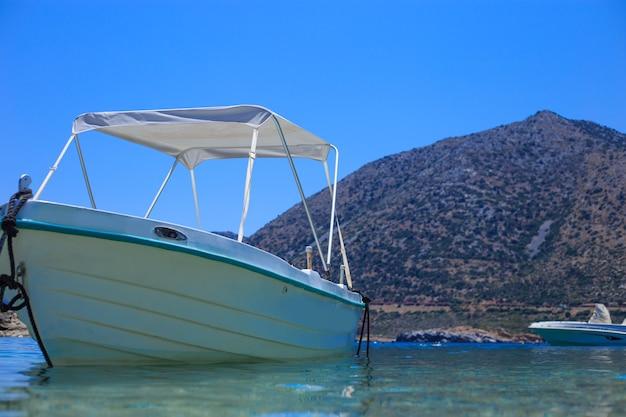 Łódź rybacka w porcie morza śródziemnego z bliska.