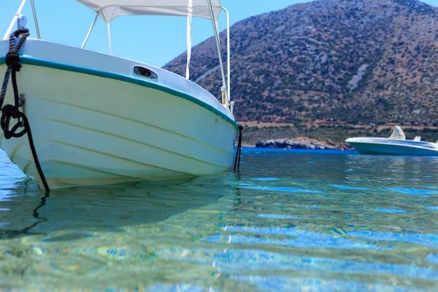 Łódź rybacka w porcie morza śródziemnego