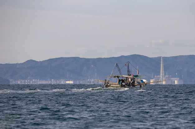 Łódź rybacka w zatoce