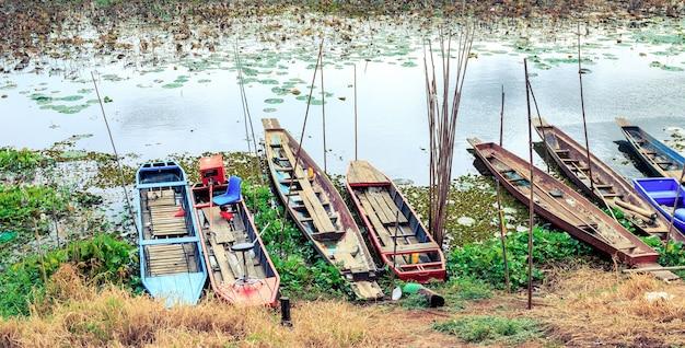 Łódź rybacka zacumowana w naturalnej lagunie.