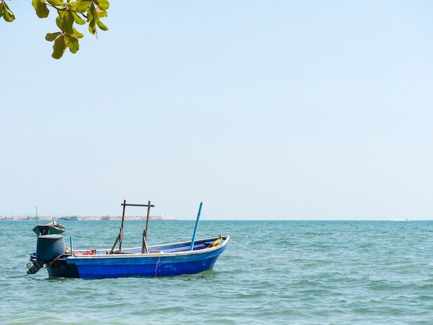 Łódź rybacka zakotwicza w schronieniu