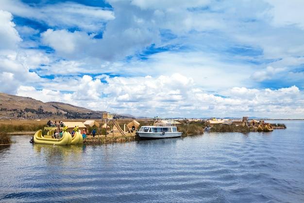 Łódź totora na jeziorze titicaca w pobliżu puno, peru