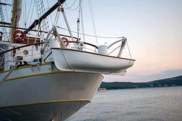 Łódź transportuje łódź pomocniczą