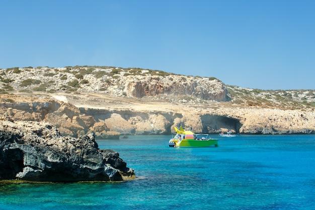 Łódź turystyczna na cyprze. cypr, ayia napa. wakacje, tło wakacje.