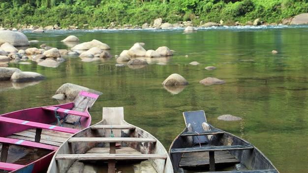 Łódź w kryształowej wodzie w rzece