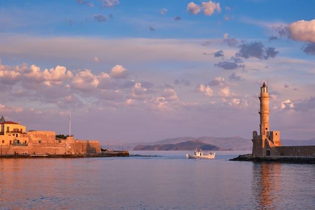 Łódź w malowniczym starym porcie chania, crete wyspa. grecja