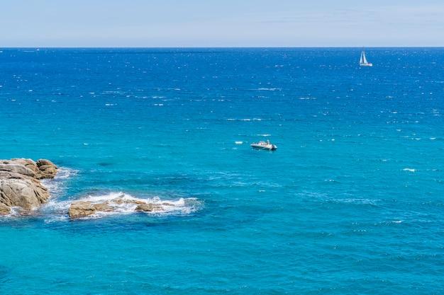 Łódź w pobliżu wybrzeża na costa brava w pobliżu miejscowości palams.