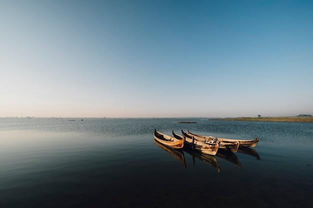 Łódź w scenie jeziora