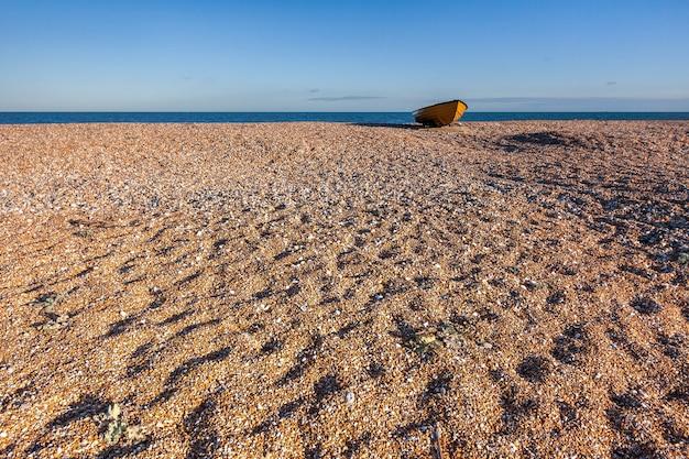 Łódź wiosłowa na plaży w dungeness