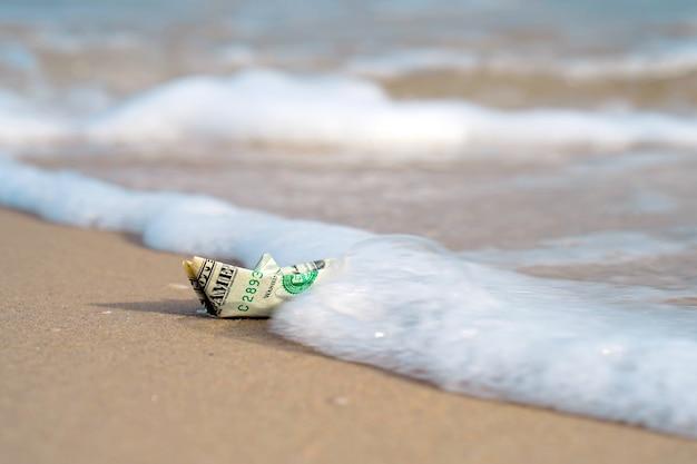 Łódź wykonana z papierowych pieniędzy