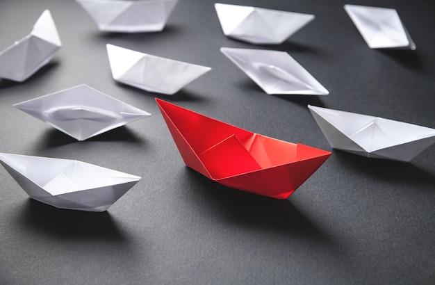 Łódź z czerwonego i białego papieru. koncepcja przywództwa