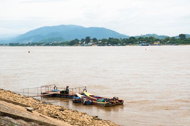 Łódź z długim ogonem czeka na pasażerów, rzekę północną tajlandii mae khong