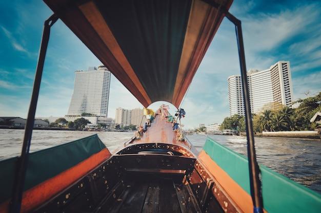 Łódź z długim ogonem na rzece menam w bangkoku
