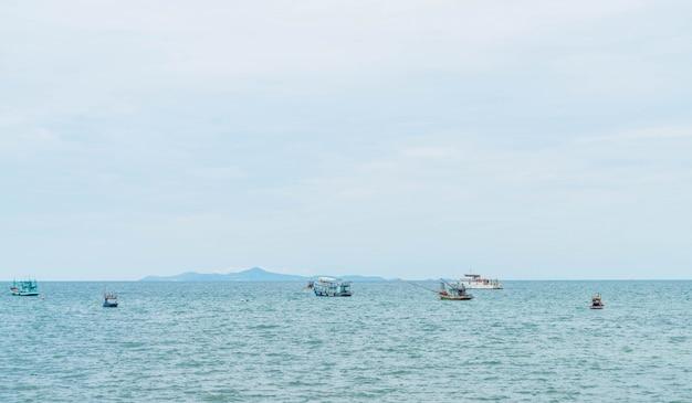 Łodzi rybackich w oceanie