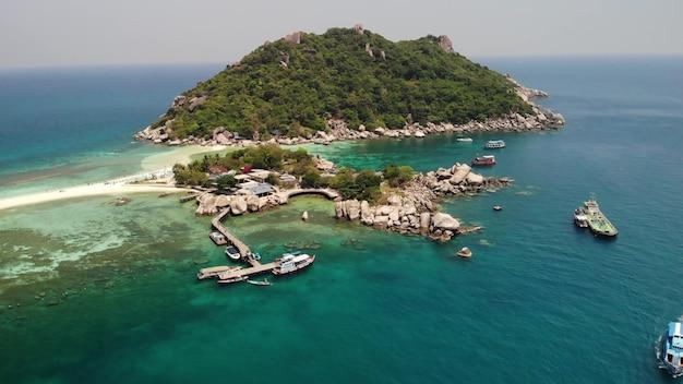 Łodzie i molo w pobliżu małych wysp