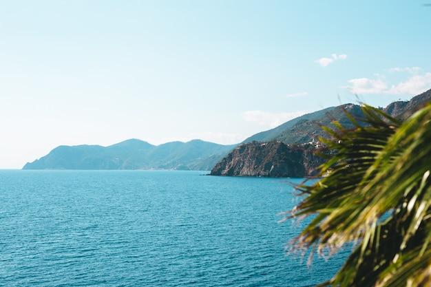 Łodzie na błękitne wody blisko seashore w cinque terre parku narodowym w włochy
