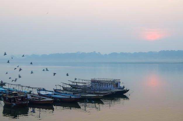 Łodzie na ghatach varanasi w indiach