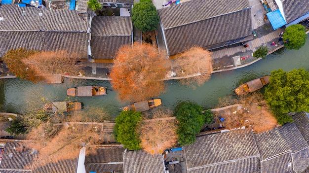 Łodzie na kanałach szanghaj zhujiajiao water town w szanghaju