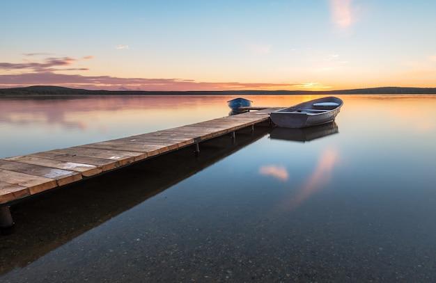 Łodzie na molo nad jeziorem