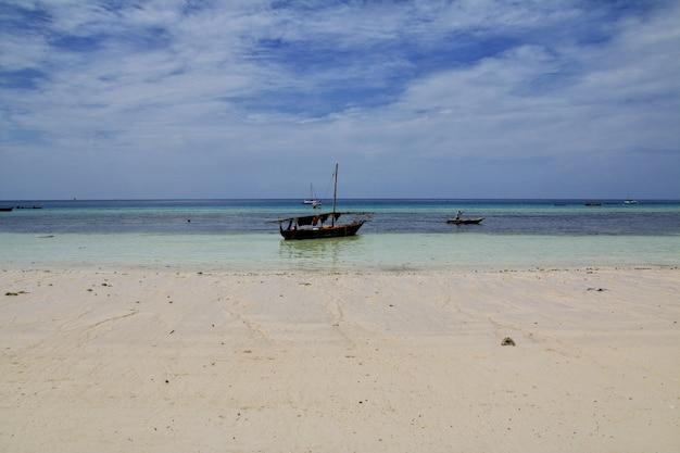 Łodzie na plaży nungwi w zanzibarze, tanzania