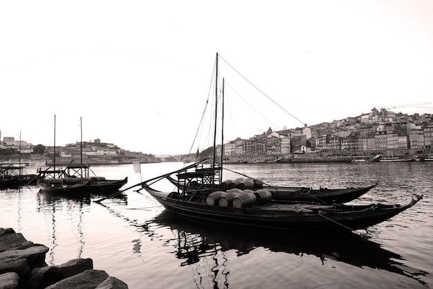 Łodzie na rzece douro, porto, portugalia, odcienie sepii
