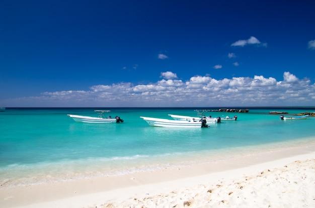Łodzie na tropikalnym morzu