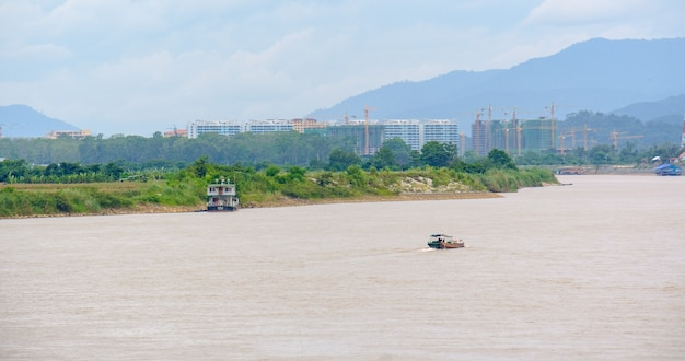 Łodzie pasażerskie płyną po rzece mekong