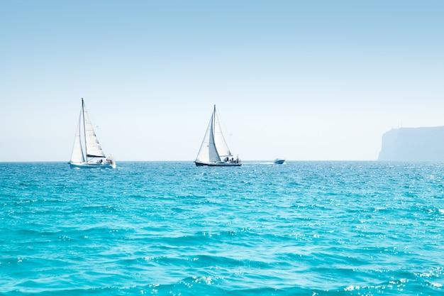 Łodzie pływają regaty z żaglówkami na morzu śródziemnym
