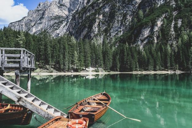 Łodzie przy lago di braies w południowym tyrolu, włochy.