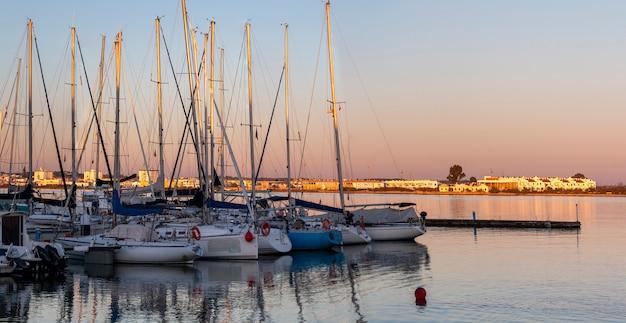 Łodzie rekreacyjne zakotwiczone w dokach