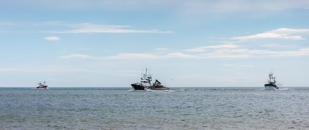 Łodzie rybackie łowiące na pełnym morzu