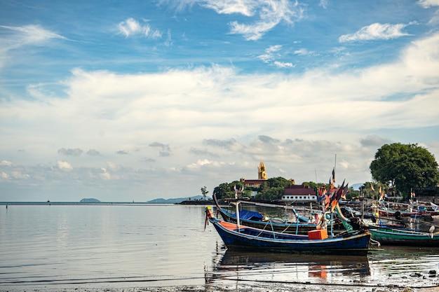 Łodzie rybackie na brzegu w czasie odpływu. tajlandia
