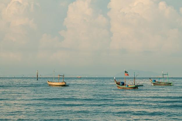 Łodzie rybackie na morzu z niebieskiego nieba tłem.