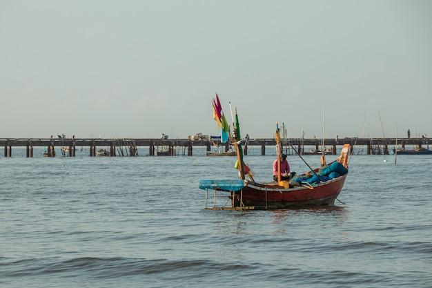 Łodzie rybackie na morzu z niebieskim niebem