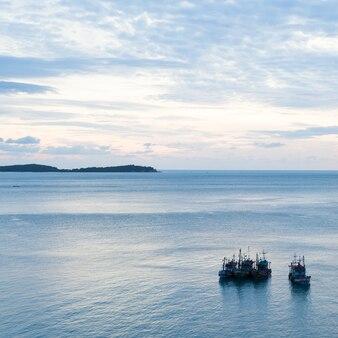 Łodzie rybackie na morzu